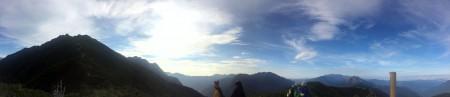 【稜線上】美しく広がりのある光景、見える山々も美しい。