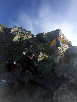 【独標の岩壁】アスレチック程度の登りだが、緊張感は必要。