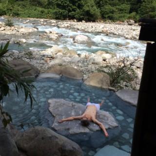 【槍見の湯】寝ているのは叔父です。「釣り人と目が合うほど」の渓流沿いの露天風呂です。