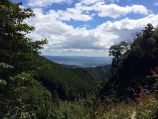 【沢・くびなし地蔵】沢沿いからは景色が良い。