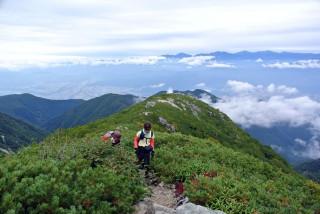 【世界へと広がる景色】樹林帯を抜けると急に山々と木曽駒ケ岳の山容が見渡せる。