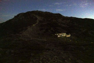 【中岳山頂から頂上山荘】ルート上には御来光を見るために歩いているヒトのライトも見える。