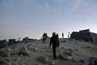 【山頂】すでに数グループが太陽を待っていた。