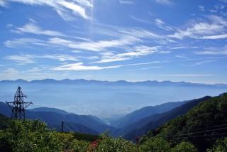 【ロープウェーでも】楽しめる、中央に見える飛び出した山は富士山だ。