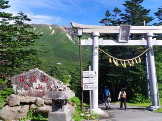 【2010年】鳥居が新設されているのがわかる、山岳信仰の一つの大きな拠点だ。