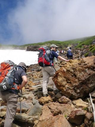 【岩場を進む】富士山同様の岩場が続く。