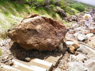 【噴石】道に転がって来た噴石