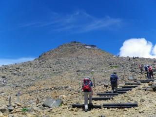 【山頂まではもう少し】ほんの20分ほどで次の山荘、つまり頂上へ到達する。