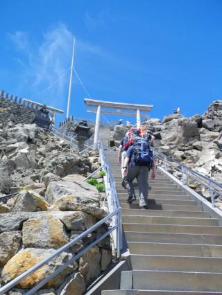 【空へと進む】剣ヶ峰山荘の横を通り抜けて、頂上へと進む