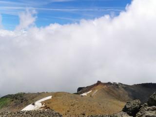【足の下の世界】下方に王滝頂上山荘が見える。