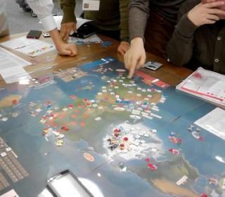 """【西洋列強による世界分割のシミュレーション""""ゲーム""""】みなさんなら「苦行」に感じると思いますが、(この写真では顔は切っていますが)プレイヤーは明らかに「楽しんで」います。"""