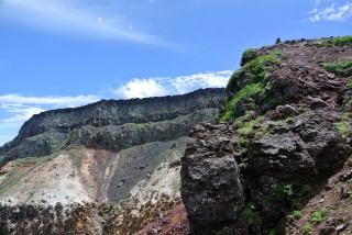 【爆裂火口】オーレン小屋のすぐ上にある『硫黄岳』の爆裂火口、山が「吹き飛んだ」跡だ。