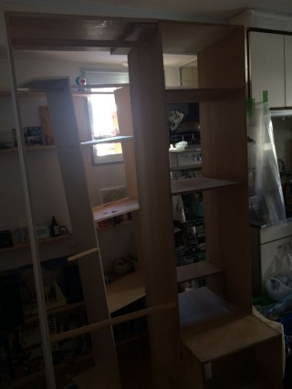 【カット!!】奥に見える棚が「切られた棚」です。