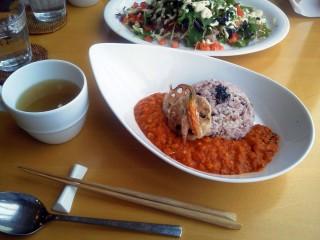 【なぎさWARMS】有機野菜+アート。なかなかの料理だ。