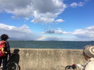 【トンネルを越えたら虹が見えた】中央の雲に虹が見える。夕立かもしれない。