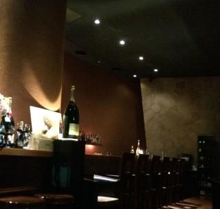 【バー桃山】ホテルのメインバーにふさわしくパーティーでもできそうな広さと、ものすごい天井の高さ。ちなみに宿泊者はドリンク半額