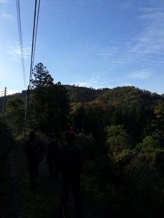 【田園に出る】向かえの山も紅葉している、なかなかのどかな風景だ。