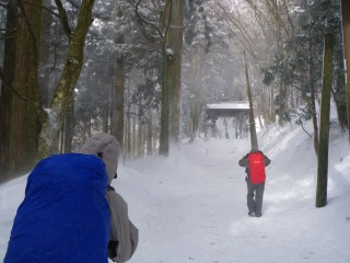【右折してしばらくするとある山門】この最後のストレートは日当たりが悪く、雪が積もっている事が多い。