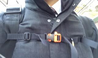 【胸ベルト】肩ベルトがずれるのを防ぎ、疲労を軽減する。登山用には「腰ベルト」のないザックは「×」だが。