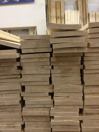 【木材は選って】かなり歪みがあるので、比較的順当なものを選ぼう。