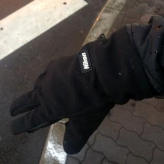 【N社関連のフォトグローブ】素材感もよく、いざというときには指も外れる(細かなつまみがいじれる)手袋。