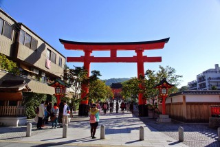【正面入り口】大門が奥に見える、JRからなら改札を出たらすぐ、京阪だと途中で「右折」