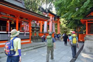 【謙虚】千本鳥居への入り口、意外と奥まったところにひっそりとある。