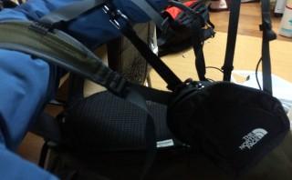 【サイド「ポケット」】肩紐、腰ベルトで固定でき、ちょうど右の腹筋あたりに「ポケット」が来る。