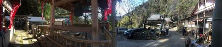 【日本の風景】神社の参道を回復する工事の傍ら、修行者の方々は設備の清掃、子供たちはチャンバラや木の枝から下がったブランコで遊んでいた。