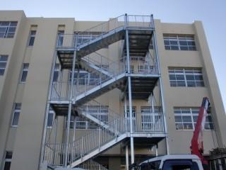 【わかりやすい屋外避難階段】建物とは独立した金属の構造物だ。