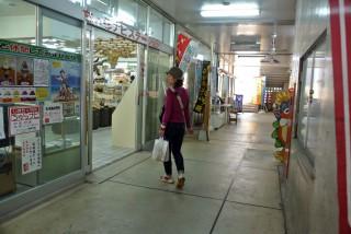 【公設市場二階の物産センター】とりあえず名物が揃うので僕はここで「とりあえずシークワーサー果汁」をかって旅行中のビタミン源(シークワーサーワリ)にしました。