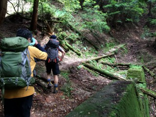 【砂防ダム】険しい谷で砂防ダムが「辛うじて」山の崩れるのを防いでいます。