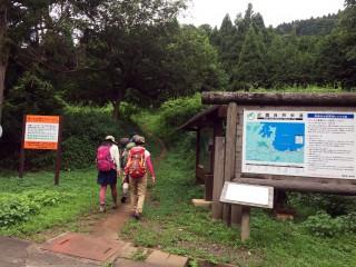 【登山口】青年長寿村からしばらく舗装道路を進むと登山道がある、ちなみに「クマ出没注意」