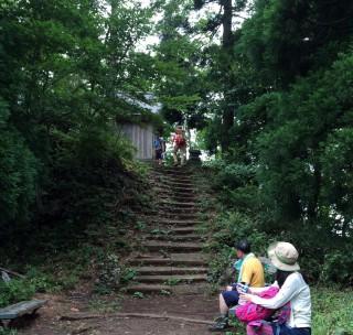 【東峰】青葉神社だ、本来なら馬の背から「岩を登って」来る場所だったようだ(この裏側には岩場がある)。