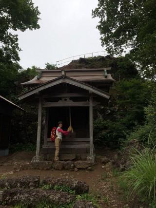 【西峰にある祠と山頂】裏の岩場が山頂です、ここには避難小屋もあります。