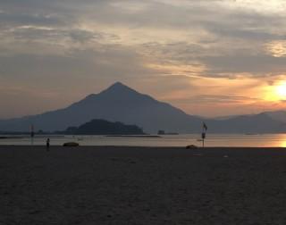 【海からの青葉山】Wikipediaより。