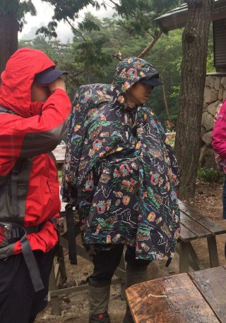 【ポンチョ+ロングスパッツ】普通の雨ならこれでもかなり防げる、ポンチョの中でストックを持つとより涼しく、効果的に雨が防げる。