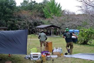 【ハロウィンキャンプ撤収の図】いろいろツッコミどころのある写真ですが、左手前のテントのヨコにおいてある白い「ボックス」がシマノの真空断熱クーラー