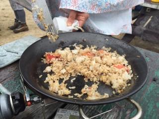 【燕岳ヒルメシ】ソーセージを焼いた後に作った焼き飯、ちょっと余ったトマトも入っている。