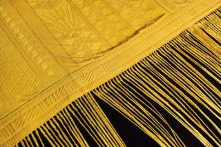 【蜘蛛布】コガネグモの吐き出す糸を集め、4年の歳月をかけて作られた布(Wired)