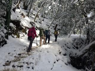 【冬の愛宕山】ちなみに愛宕山は体力的には少しキツイので休憩場所でちゃんとメンバーの顔色を見よう。適切な休息と、水、エネルギーを摂取する事で全く疲労度が変わる。