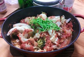 【温野菜トマト煮込み風】最後の10分で缶詰のトマトピューレを賭けまわして暖めた。上に載っているのはトウミョウ最後の載せましょう。
