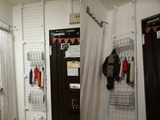 【突っ張りポール壁面ネット】お手軽に壁面収納(吊り下げ)が作れる。
