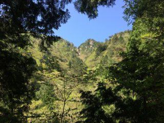 【木陰の合間から堂満岳】休憩にはもってこい。
