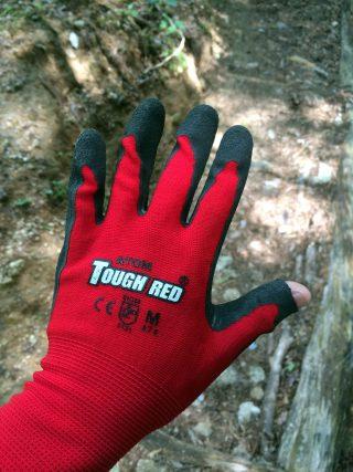 【ジャン】ゴム引きの「GRIP」手袋、親指の先をほんのり切ってある。