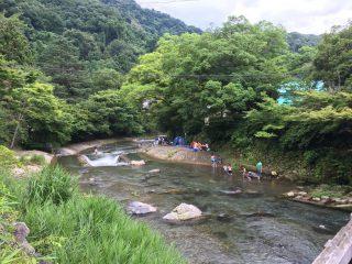 【八瀬 高野川】面白そうだけれど危険そうな川での川遊びと狭い護岸された河原ではバーベキューも行われていた。