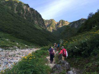【渓谷を行く】日陰で快適、対岸の山には滝がいくつも流れている。