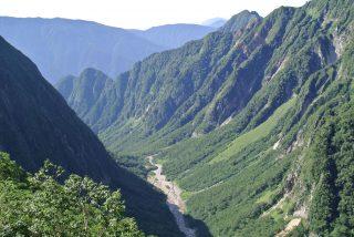 【槍沢!!】行きには歩いた谷底が上から見下ろせます。