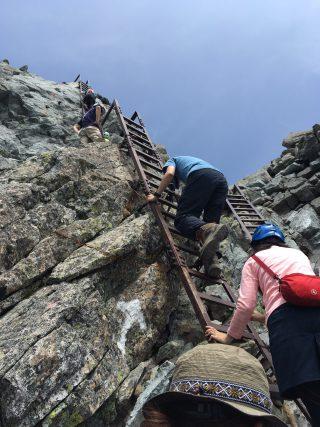 【横を持つのは危険】登りやすいということは……。また落ちてきたときにそなえてハシゴの下に立つのはやめましょう。とてもじゃありませんが支えきれるものではありません。
