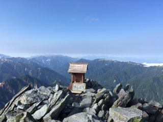 【山頂の祠】実はポケモンGOのジムになっています。この祠の後ろは200mくらいの崖になっていますからグループ写真を撮るだけでも大きな冒険です!!